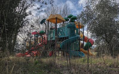 Il Parco Giochi Abbandonato sul Lago